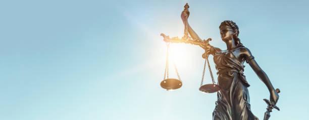 lady justice. staty av rättvisa på himmel bakgrund - justitia bildbanksfoton och bilder