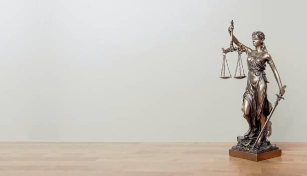 lady justice staty på ett bord. panorama bild med kopierings utrymme. - justitia bildbanksfoton och bilder