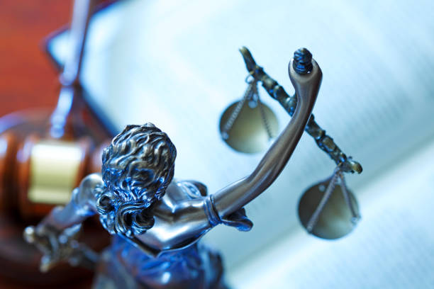 Lady Justice Statue auf offenem Gesetz Buch – Foto