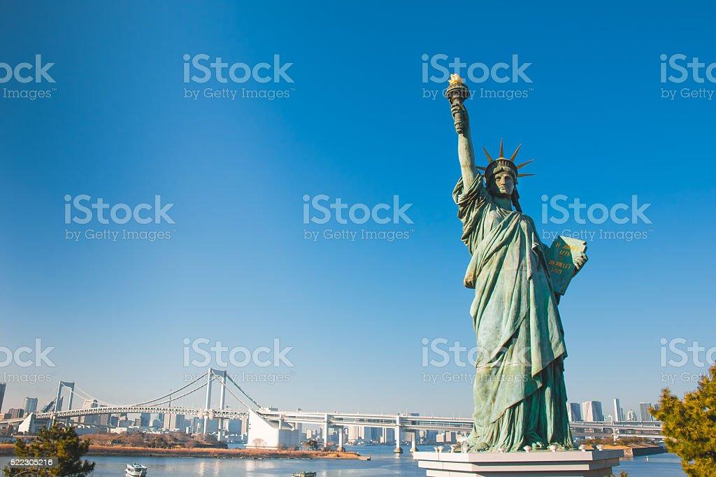 Lady liberty juxtaposed stand near Rainbow Bridge in Odaiba stock photo