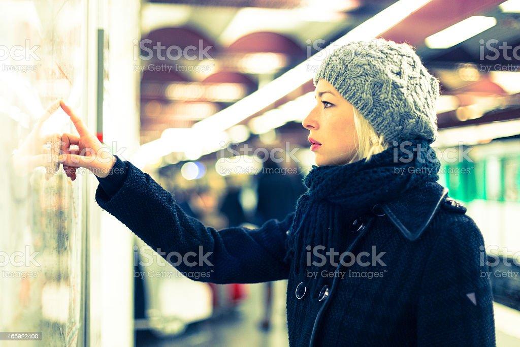 Lady Blick auf die öffentlichen Verkehrsmittel Karte Einsatz. Lizenzfreies stock-foto