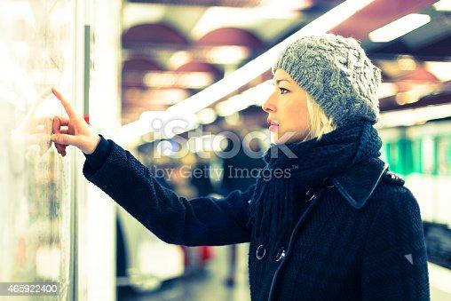 Lady Blick Auf Die öffentlichen Verkehrsmittel Karte Einsatz Stock-Fotografie und mehr Bilder von 2015