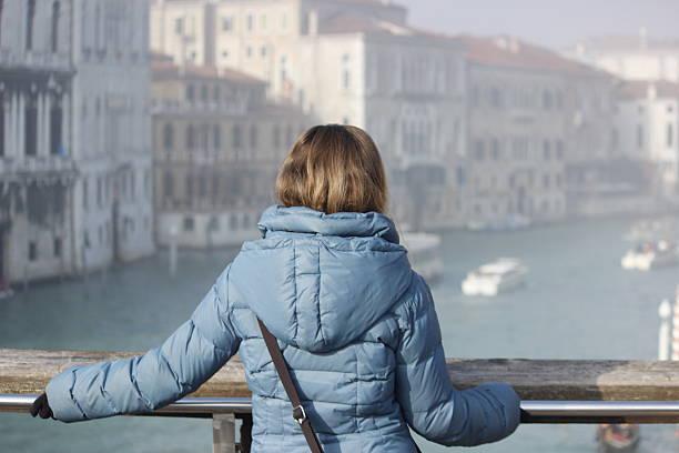 レディの外には、大運河 - ダウンジャケット ストックフォトと画像