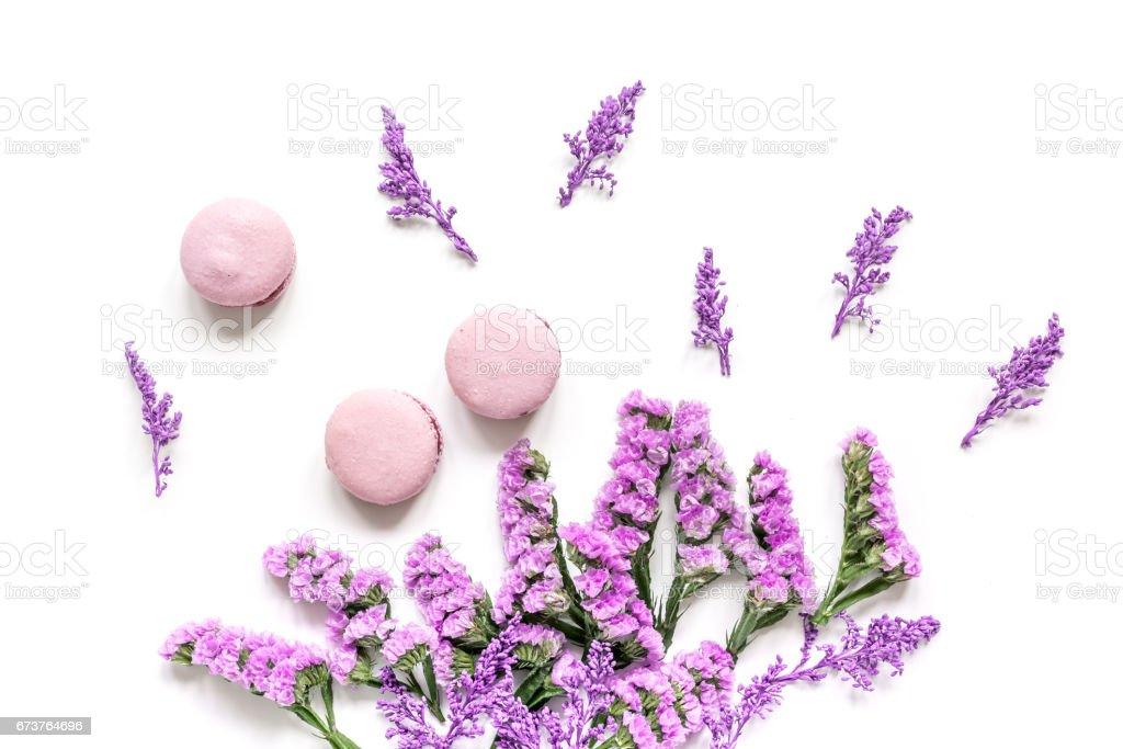 matin de Dame avec macarons et vue de dessus de fond du Bureau fleurs mauve blanc photo libre de droits