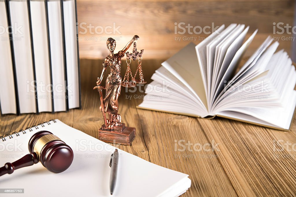 Lady der Gerechtigkeit, Hammer und Bücher auf Holztisch Lizenzfreies stock-foto
