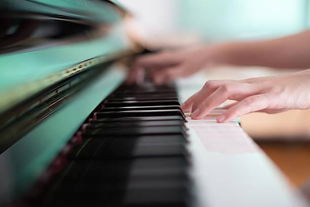 lady spielt klavier - kreatives schreiben übungen stock-fotos und bilder