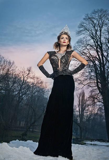 Dame posieren dramatisch mit langen schwarzen Kleid und Silber Diadem – Foto