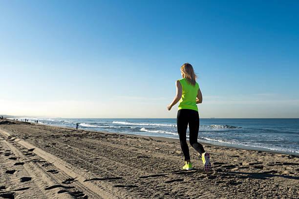 Kobieta działa na plaży – zdjęcie