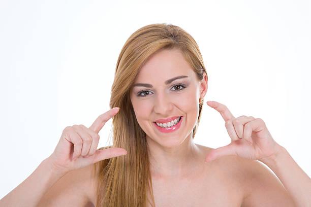 lady zeigt schönen lächeln - haarschnitt rundes gesicht stock-fotos und bilder