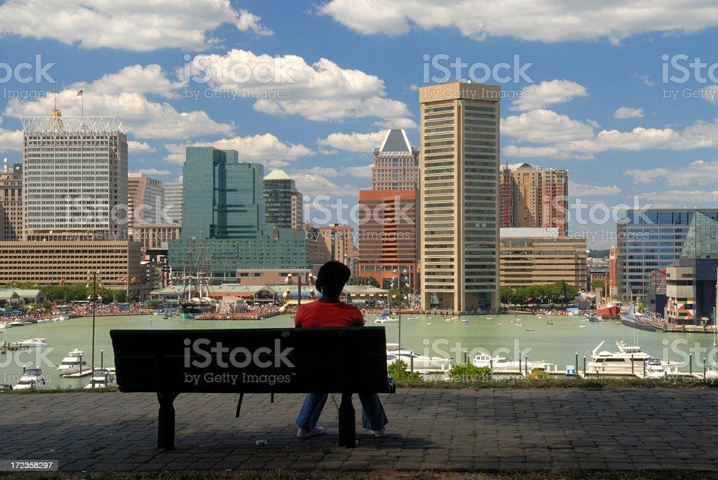 Lady sentado en el banco foto de stock libre de derechos