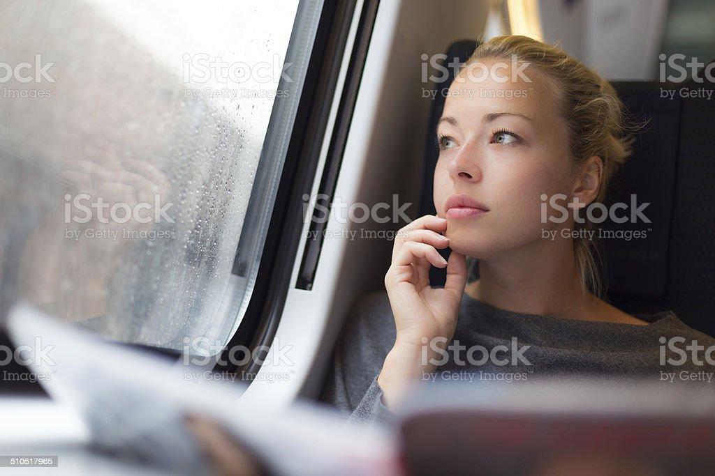 Lady reisen mit dem Zug. – Foto