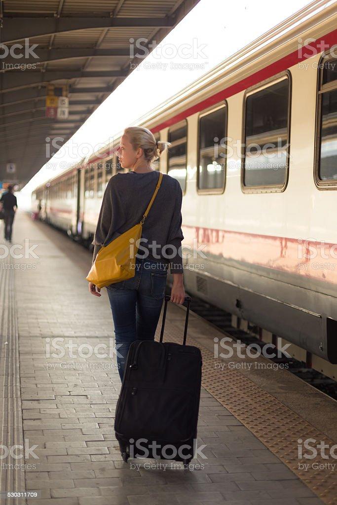 Lady reisen mit dem Zug. Lizenzfreies stock-foto