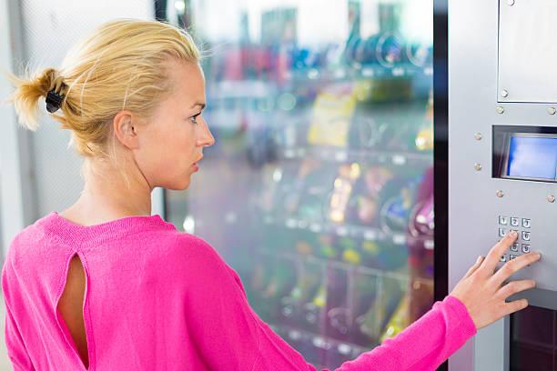 Lady mit einem modernen Verkaufsautomat – Foto
