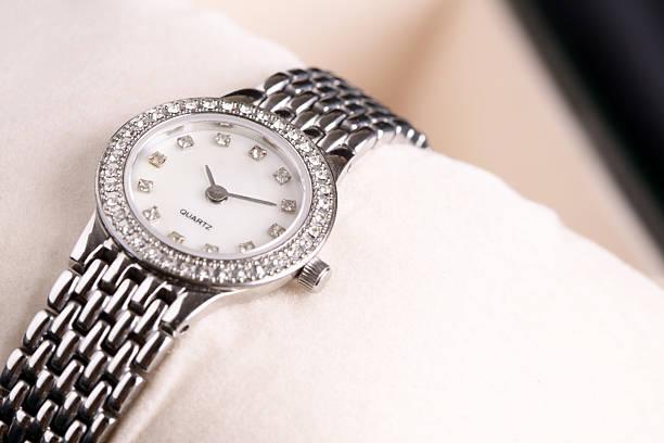lady ver - reloj de pulsera fotografías e imágenes de stock