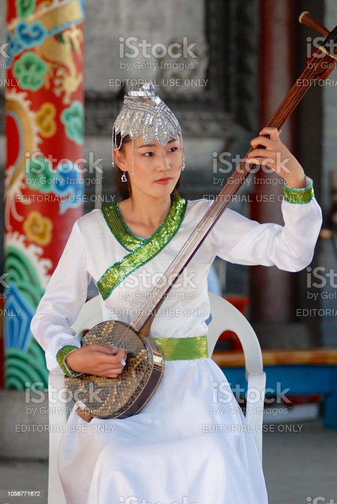 c7d99b41140b7 Lady tragen Tracht spielt Musik mit Morin Khuur - nationale Musikinstrument  in Ulaanbaatar