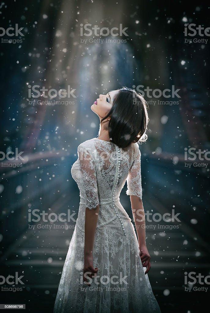 Frau trägt Weißes Kleid Sie die Balken des Celestial Licht – Foto