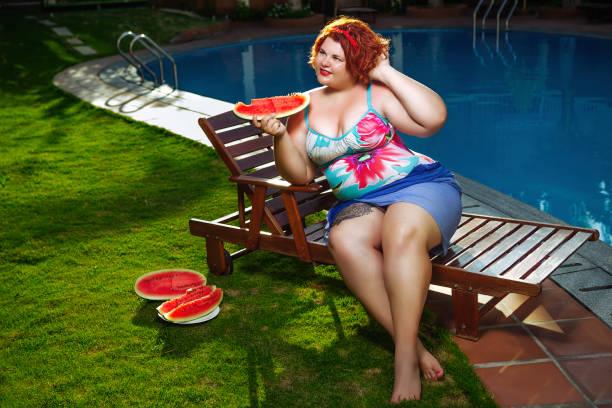Señora con sandía - foto de stock