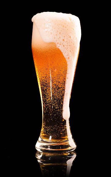 lager-Bier auf Schwarz – Foto