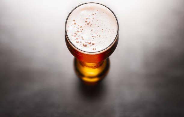 Bier auf Tisch lagern – Foto