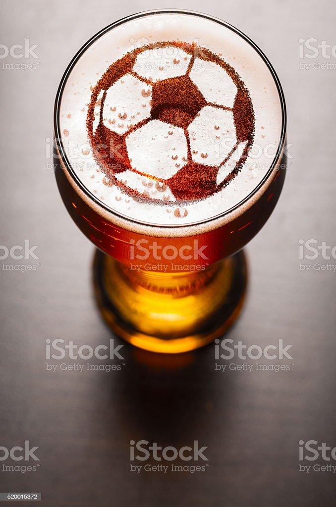 lager de cerveja na mesa - foto de acervo