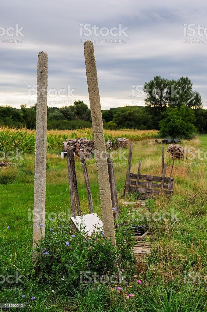 Lagerplatz für Holz auf dem Acker stock photo