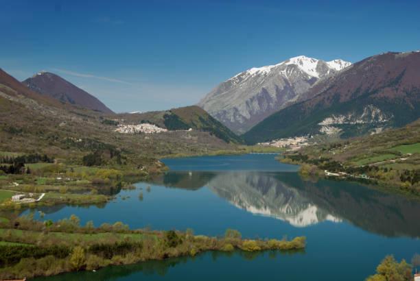 Lago di Barrea (lago de Barrea) en el Parque Nacional de Abruzzo, Italia, rodeada de montañas - foto de stock