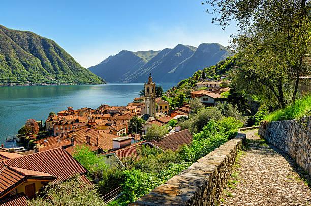 lago di como (lake como) colonno and greenway track - como italië stockfoto's en -beelden