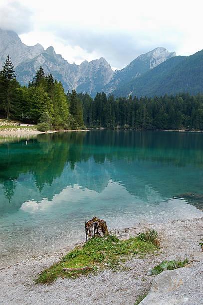 lago di fusine - friaul italien - friaul julisch venetien stock-fotos und bilder
