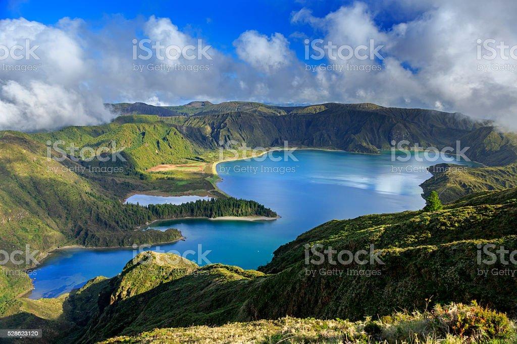 Lagoa fazer Fogo e verde Vale na San Miguel Ilha - foto de acervo