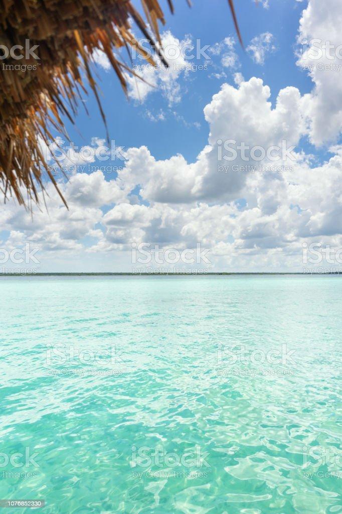 Palapa y vista a la laguna - foto de stock