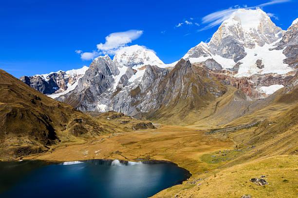 laguna carhuacocha en los andes perú, américa del sur - perú fotografías e imágenes de stock
