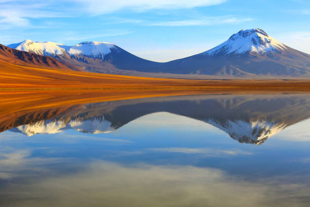 Laguna Lejia, reflet de lac Lejia reflétée au spectaculaire lever de soleil couleur or, volcans et idyllique désert d'Atacama altiplano avec volcan Lascar, panorama paysage volcanique-frontière de Bolívia, San Pedro de Atacama, Chili et Argentine - Photo