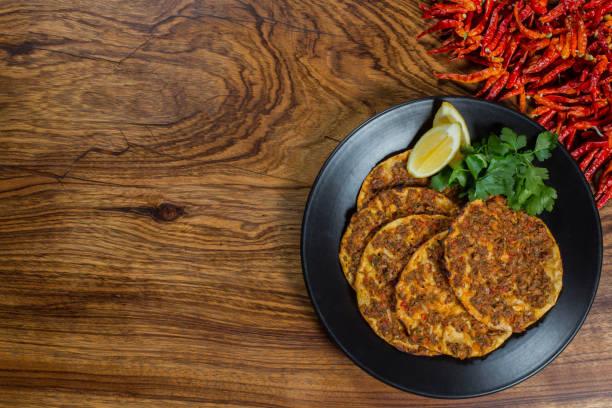lahmacun - türkische pizza closeup auf einem tisch - frucht pizza cookies stock-fotos und bilder
