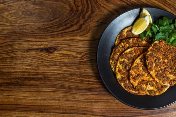 lahmacun - türkische pizza auf einem tisch - frucht pizza cookies stock-fotos und bilder