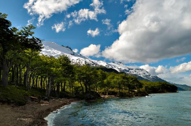 Lago en las montañas - foto de stock
