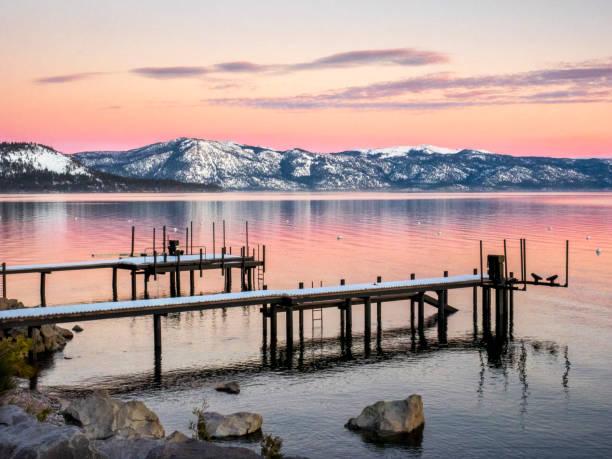 see- und bergblick-dock-szene - lake tahoe winter stock-fotos und bilder