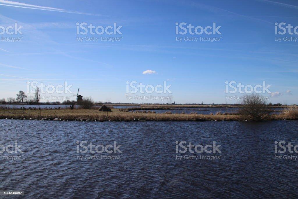 merengebied van Oude Ade in het gebied Noord-Holland met windmolen foto