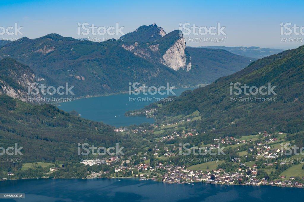 Am Attersee und Mondsee See auf der Rückseite. Österreichischen Alpen. Aerial Panorama. – Foto