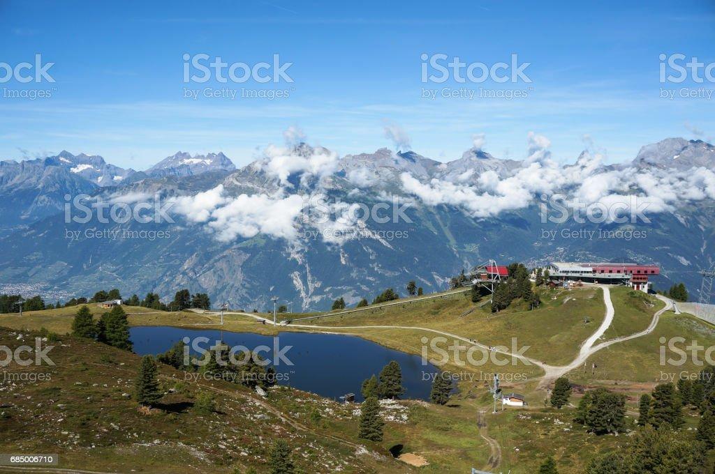 Lake beside ski facility with beautiful mountain in background. Lizenzfreies stock-foto