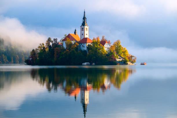 lake bled in slovenia - słowenia zdjęcia i obrazy z banku zdjęć
