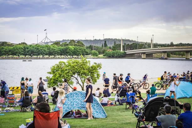 lake burley griffin och parlamentet hus canberra australien dag - canberra skyline bildbanksfoton och bilder