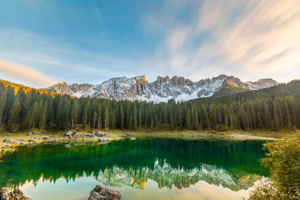 lake carezza of karersee bij zonsondergang, groothoek uitzicht op het schilderachtige landschap in italië - groothoek stockfoto's en -beelden