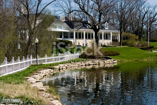 Picture of a golf clubhouse on the lake