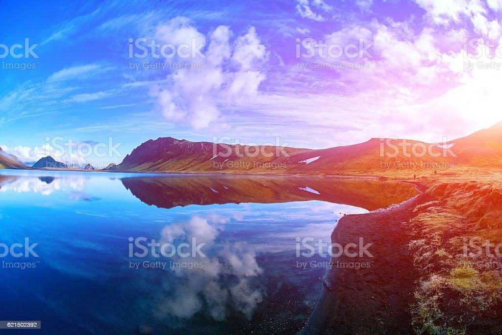Lago con riflessioni di costa, Islanda foto stock royalty-free