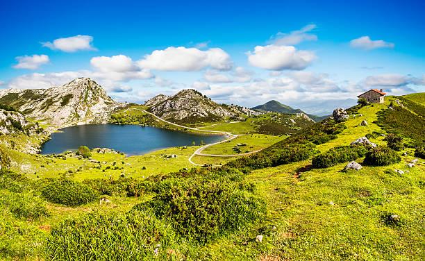 Lago Enol y refugio de montaña, Asturias, España. - foto de stock
