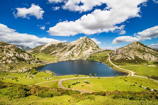 Lago Enol, de los lagos de Covadonga, Asturias, España - foto de stock