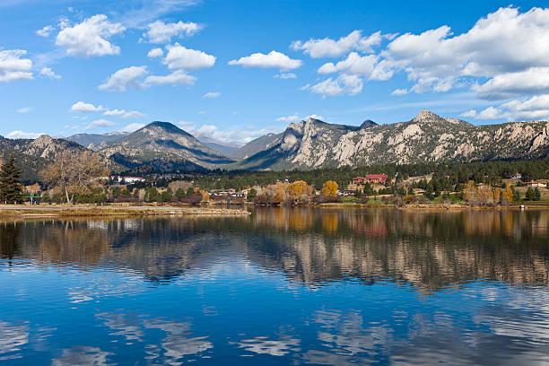 lago estes in colorado - estes park foto e immagini stock