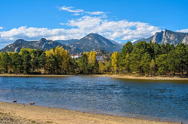 lago estes - estes park foto e immagini stock