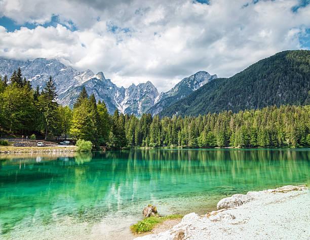 lake fusine in den italienischen alpen - friaul julisch venetien stock-fotos und bilder