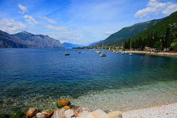 lake garda wunderschönen küste – malcesine, italien - ferienhaus am gardasee stock-fotos und bilder